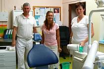 Lékař MUDr. Ladislav Havlín a stomatologické sestry Veronika Schusová a Milada Nutilová na svém pracovišti v Postoloprtech.