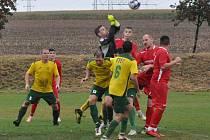 Utkání dvou rozdílných poločasů rozhodl až penaltový rozstřel ve prospěch Blažimi (v červeném).