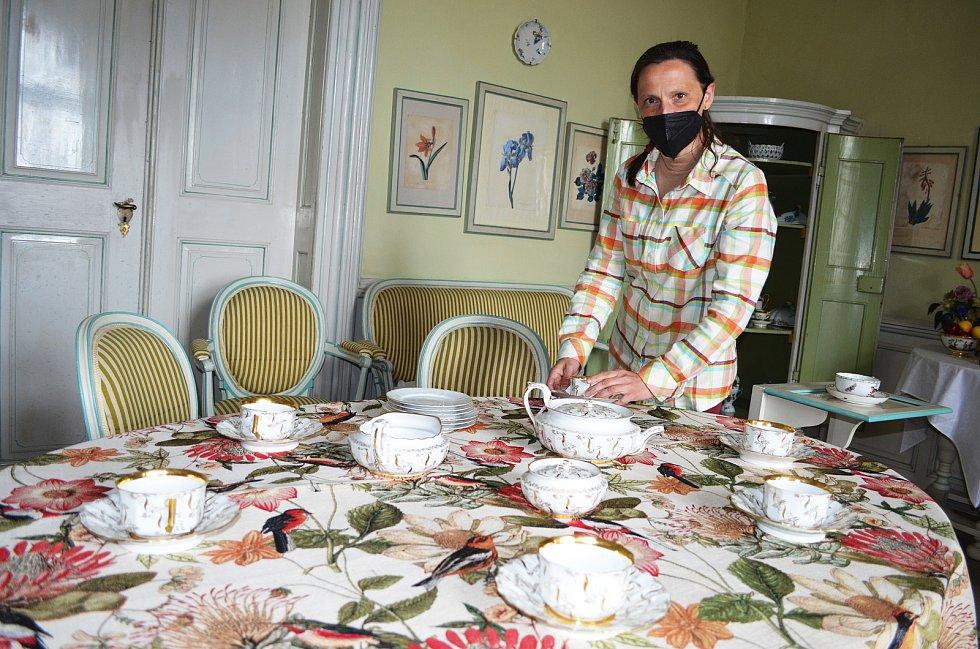 """Pro návštěvníky chystají na zámku v Krásném Dvoře novinky také v expozici. Proměny se dočká letní jídelna, vznikne tam """"sladký"""" salon. Na snímku kastelánka Michaela Hofmanová."""