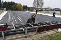 Stavba mobilního kluziště na koupališti v Podbořanech