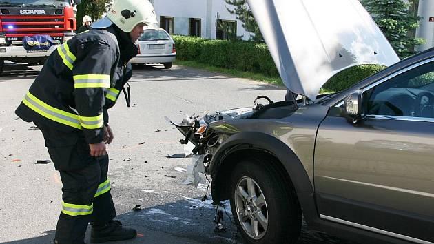 Srážka dvou osobních automobilů v Bítozevsi na návsi