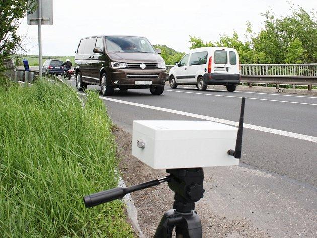 Snímací zařízení na krajnici silnice R7. Data odesílá bezdrátově a v reálném čase.