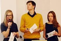 Podbořanští studenti při svém finálovém vystoupení.