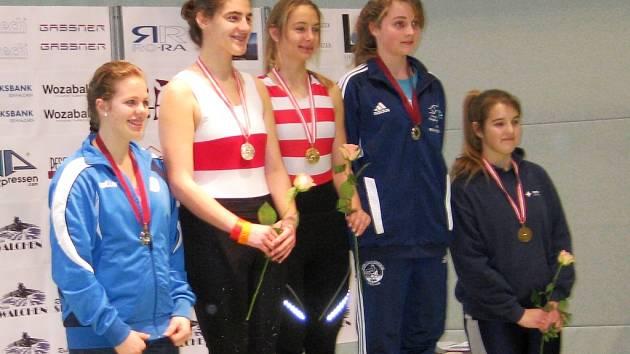 Lounská veslařka Bára Jandová (zcela vlevo) vybojovala v Rakousku na tamním otevřeném mistrovství druhou příčku na trenažerech