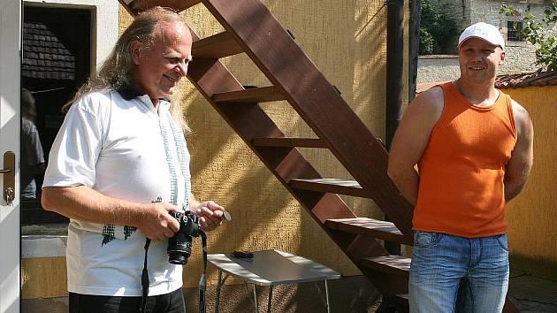 Lovosický fotograf Pavel Mego vystavuje v perucké Galerii u Plazíka. Vlevo galerista Mirek Blažek
