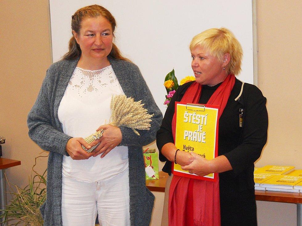 Květa Tošnerová (vlevo) a Dagmar Bahnerová, ředitelka Městské knihovny Louny