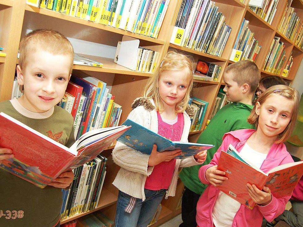 Marek Vyskočil, Magdalena Kuffová, Anežka Antoniová i Vít Vondráček (zleva), který si knížku teprve vybírá, se znovu dobře bavili v žatecké knihovně při již tradiční Noci s Andersenem.