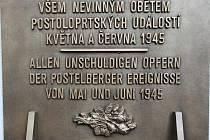 Pamětní deska obětem poválečného masakru v Postoloprtech na zdi tamního hřbitova