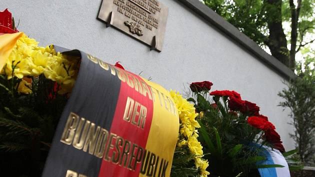 Odhalení pamětní desky obětem poválečného masakru v Postoloprtech