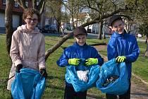 Dobrovolníci uklízeli nepořádek v Lenešicích