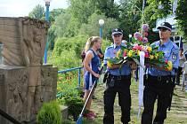 Pokládání květin k pomníku zavražděným členům veslařského klubu v Lounech
