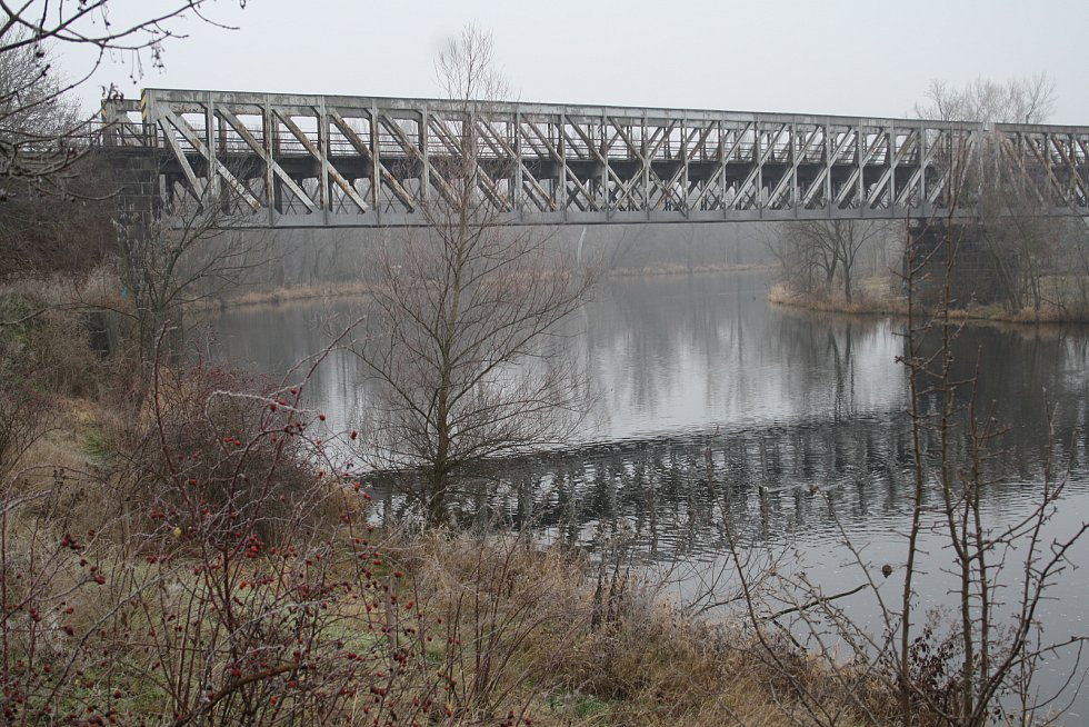 Železniční most přes řeku Ohři u Libočan na Žatecku má letos projít rozsáhlou rekonstrukcí. Od srpna do října se kvůli tomu chystá výluka mezi Žatcem a Podbořany.