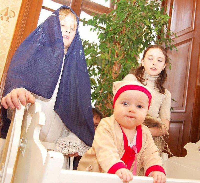 Děti ze Základní a mateřské školy Liběšice sehráli v žatecké Křížově vile živé představení – příběh z Betléma, místa narození Ježíše Krista.