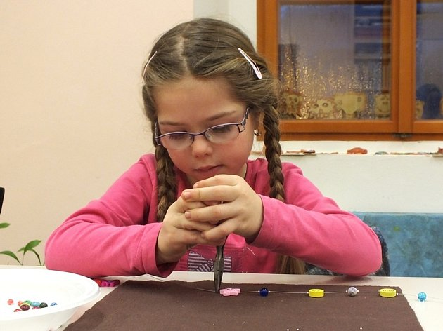 Děti v lounské knihovně tvořily s rodiči a prarodiči bižuterii