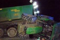 Na křižovatce ulic Plzeňská a Husova v Žatci došlo ke střetu osobního auta a traktoru s vlekem. Ten se převrátil