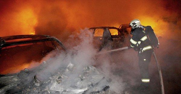 Požár autovraků vtěsné blízkosti domu vPočeradech