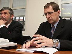 Obžalovaný Petr Hinterholzinger (vpravo) se svým advokátem.