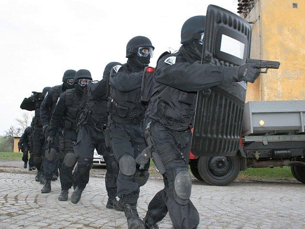 Taktické cvičení strážníků a hasičů v areálu podbořanských kasáren.