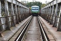 Železniční most přes Ohři u Žatce na trati do Plzně prochází rekonstrukcí.