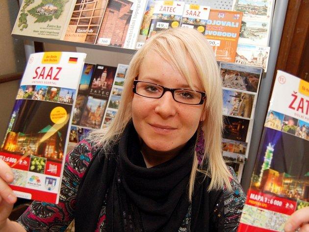 Simona Janoušová ze žateckého turistického informačního centra ukazuje nové průvodce městem.