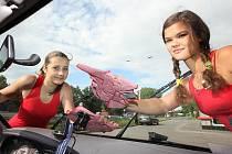 Studentky Gábina Šorfová a Veronika Žižková myjí přední okno automobilu na benzinové stanici v Žatci.