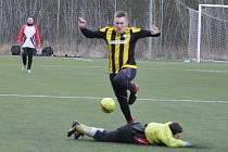 V závěrečném utkání celého turnaje si Vroutek (v černožlutém) poradil s pořádajícím FK. Šesti brankami se blýskl Lukáš Kruml.