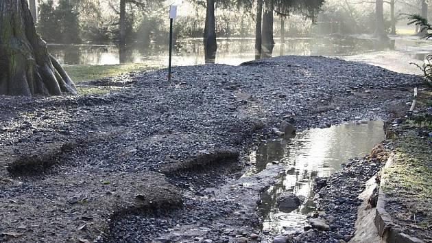 Ohře v Lounech klesá, voda po sobě zanechala spoušť. Úterý 18. ledna.