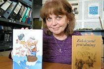 Dana Šianská se svými knihami Zakázané prázdniny a Tonička a pirát Jedno Oko. Třetí titul s názvem Dobrodružství začíná pod hvězdami byl právě v tisku.