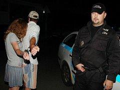 Milenecká dvojice si s pouty na rukou zadělala na pořádný malér. Ještě že měli strážníci k náramkům ty správné klíče.