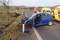 Vážná nehoda se odehrála v sobotu 21. března na silnici II/226 na okraji Podbořan ve směru na Vroutek. Jeden vůz se při ní doslova rozpůlil