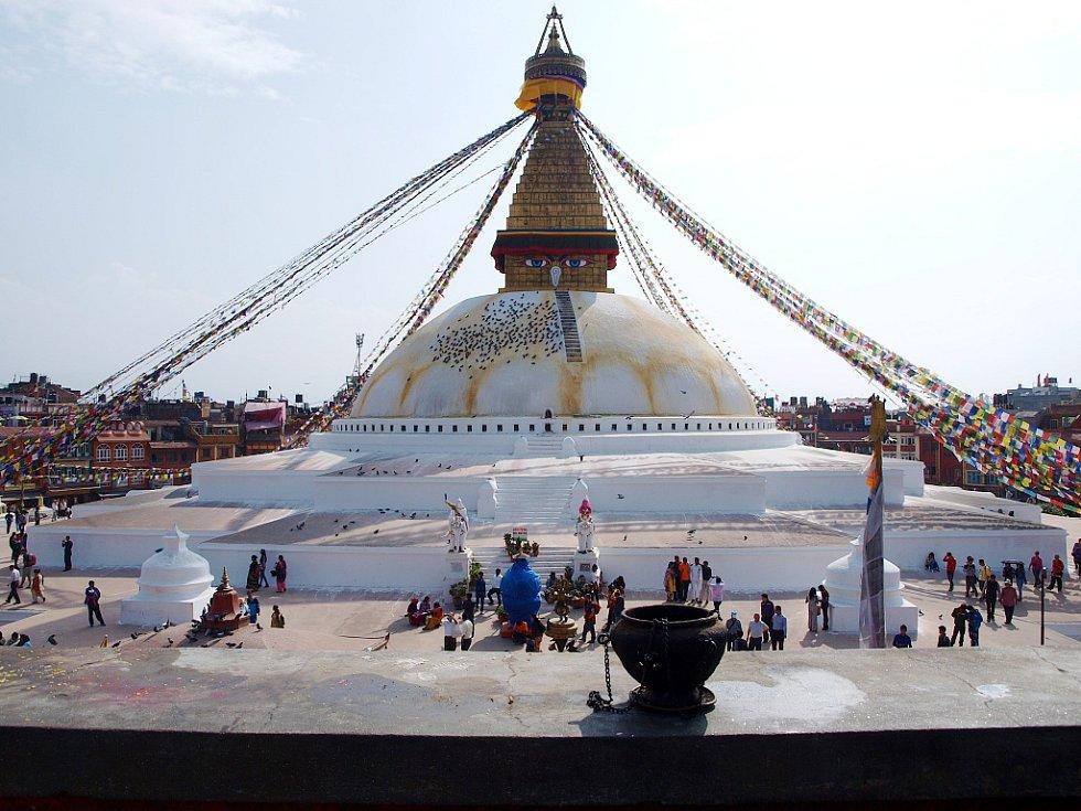 Boudhanath, největší buddhistická stupa v Káthmandú, hlavním městě Nepálu. Pomodlit se sem chodí spousta lidí