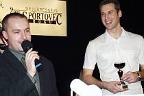 Mladičký Petr Čech na snímku z ledna 2001. V žateckém divadle právě přebírá jednu z cen pro nejlepší sportovce okresu Louny,  kterou každoročně pořádá náš Deník a ČSTV.