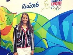Žatecká plavkyně Lucie Svěcená v oblečení, které česká výprava bude mít na slavnostním zahájení olympiády v brazilském Riu.