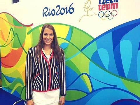 Žatecká plavkyně Lucie Svěcená voblečení, které česká výprava bude mít na slavnostním zahájení olympiády vbrazilském Riu.