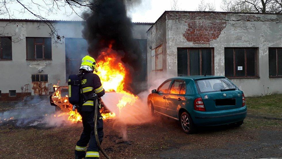 V Žatci hořelo osobní auto. Požár zlikvidovali hasiči