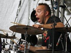 Bubeník Zdeněk Steiner z kapely Wohnout řádí na podiu ve Vroutku. Oblíbená kapela spolu s mnoha  dalšími se v sobotu představí na novém festivalu ZLounFest.