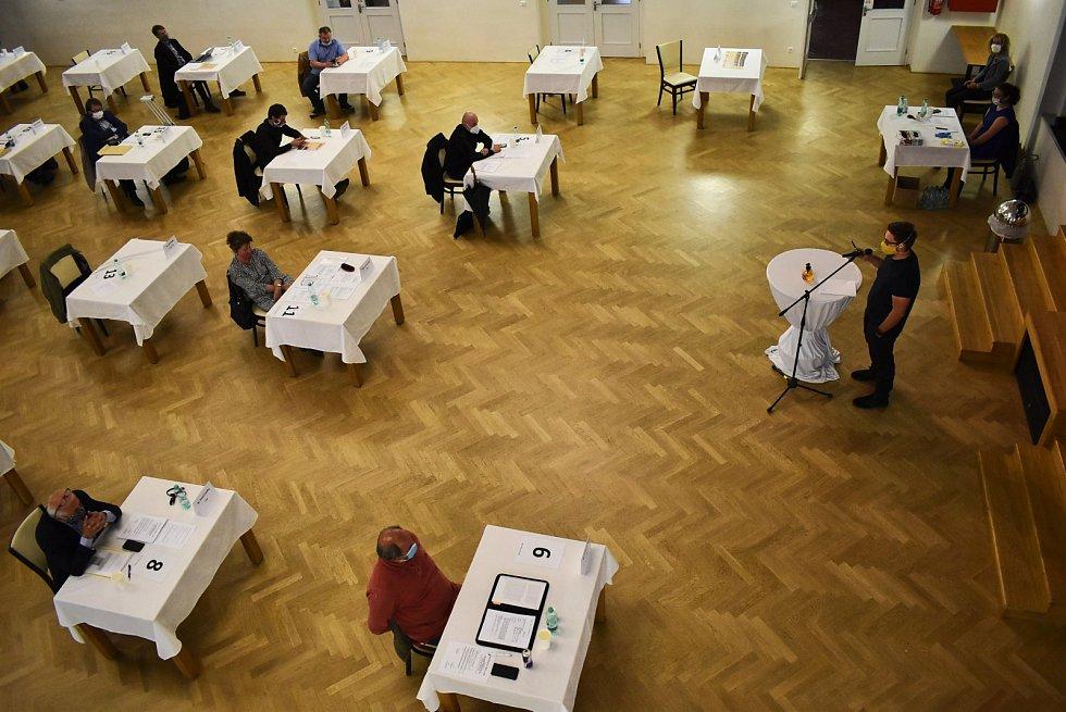 Jednání zastupitelů Loun v kulturním domě Zastávka. 11. května