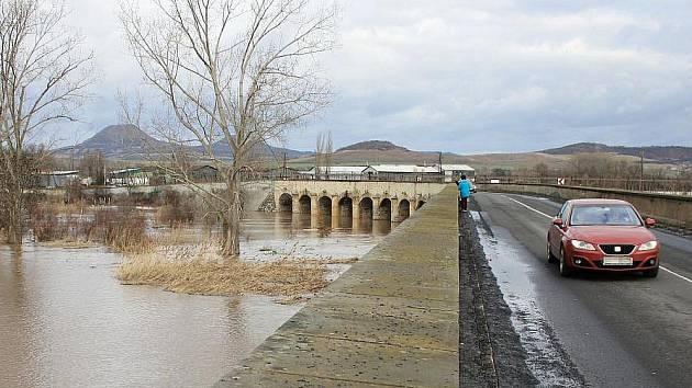 Inundační most mezi Louny a Dobroměřicemi na archivním snímku