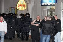 Policie ukončila koncert v žateckém Lidovém domě. Měla tam být provolávána rasistická hesla.