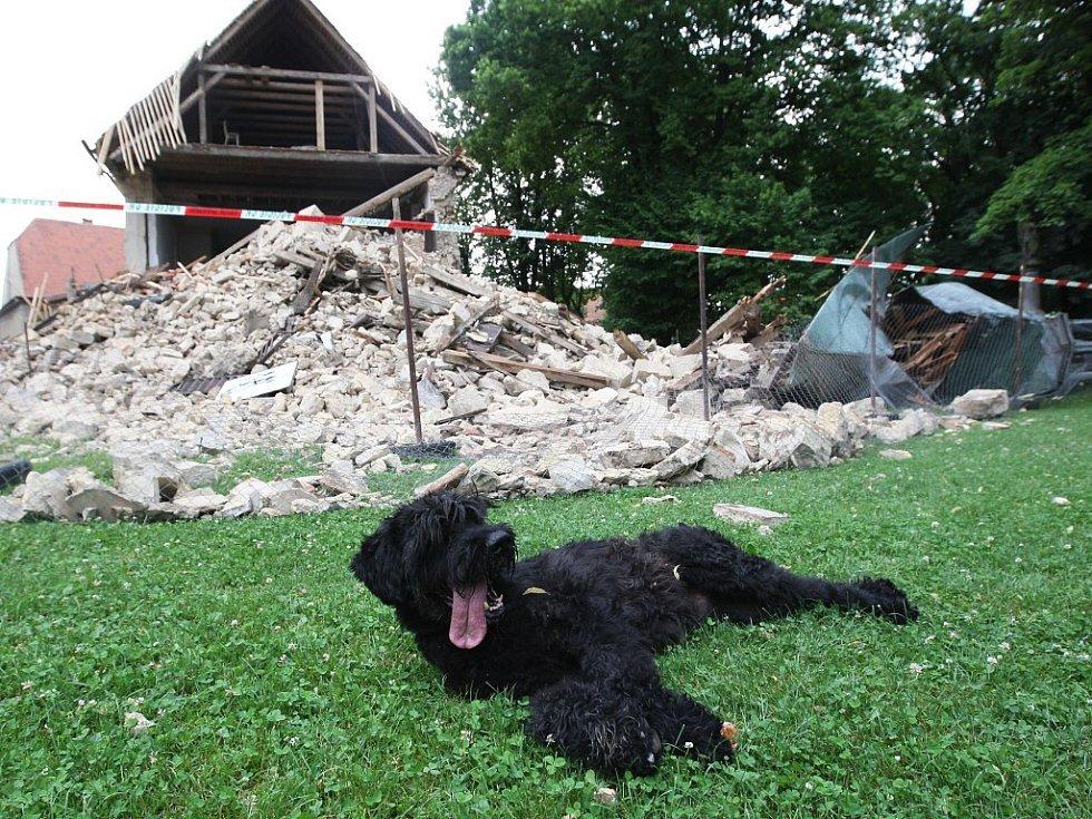Z velké části kostela v Lenešicích zbyla hroma sutin. Zchátralá památka ze 13. století byla těsně před začátkem rekonstrukce.