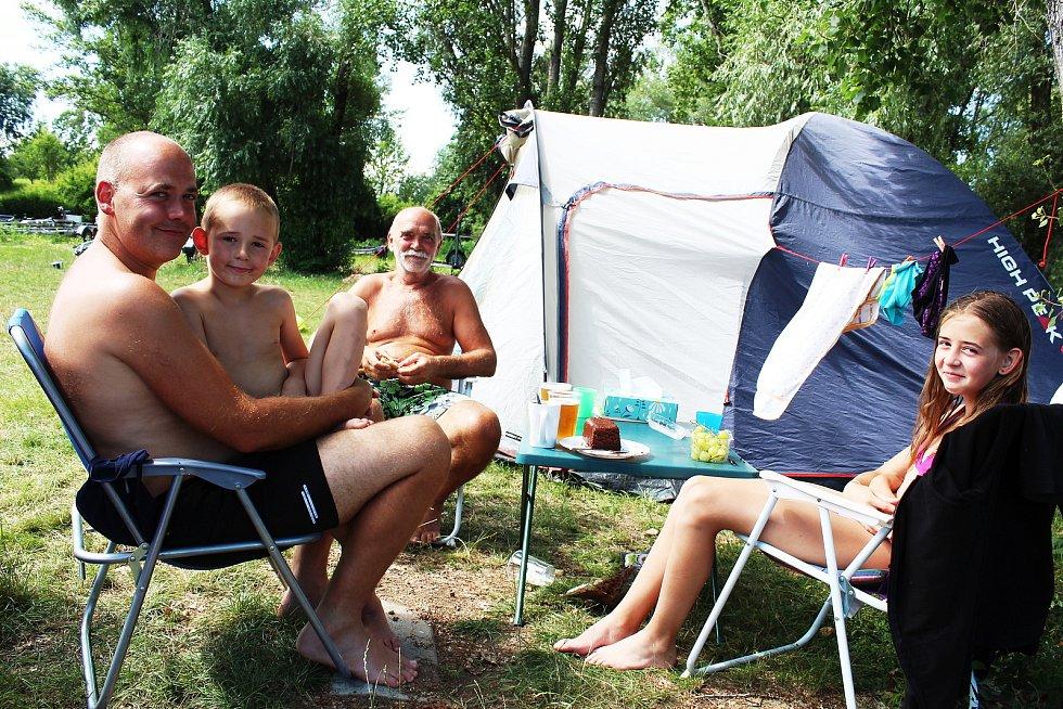 Kempy na Nechranické přehradě lákaly během prodlouženého víkendu řadu návštěvníků. Část dovolené tam tráví také rodina Petra Vostrovského z Čelákovic.