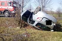 U Dobroměřic havarovalo auto. Na místě zasahují hasiči