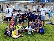 Na hřišti v Postoloprtech se konalo lounské okresní kolo fotbalového turnaje McDonald Cup. Na snímku vítězné družstvo ze ZŠ Komenského alej Žatec.