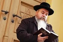Tomáš Pulec ze Židovské obce Teplice přednáší modlitbu při pietním aktu u synagogy v Žatci.