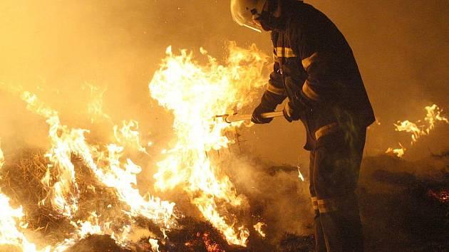 Požár stohu u Hořetic na Žatecku