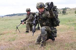 Vojenský prostor v Doupovských horách se stal na začátku srpna sedmidenní základnou pro 46 příslušníků výsadkové roty aktivní zálohy 43. výsadkového praporu z Chrudimi.
