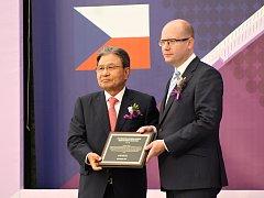 Český premiér Bohuslav Sobotka a prezident společnosti Nexen Byung Joong Kang