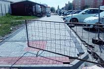 V ulici Bří Čapků v Žatci se v současné době pracuje na dvou místech. U stánku se zmrzlinou se pokládá nový chodník v rámci rekonstrukce náměstí Poperinge. Ve spodní části ulice u Barbaru dochází k rozsáhlé rekonstrukci všech povrchů, práce se protáhnou.
