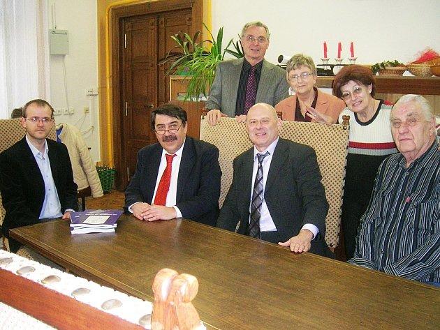 Rodáci ze Žatce hovořili s ředitelem muzea Jiřím Kopicou (vlevo).