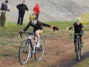 Lounská cyklokrosařka Martina Mikulášková na trati silvestrovského závodu v Terezíně